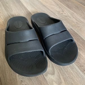 Oofos Slides size mens4 womens6